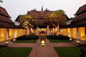 Den hyggelige gårdhave om aftenen, Rachamankha, Chiang Mai, Thailand