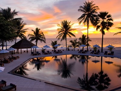 Smuk solnedgang ved poolen, The Surin, Phuket, Thailand